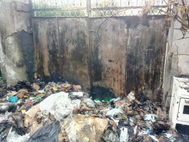 У дворі в Корабельному районі загорілося сміття, вогонь перекинувся на будинок. Врятували нетверезого хазяїна   Корабелов.ИНФО image 2
