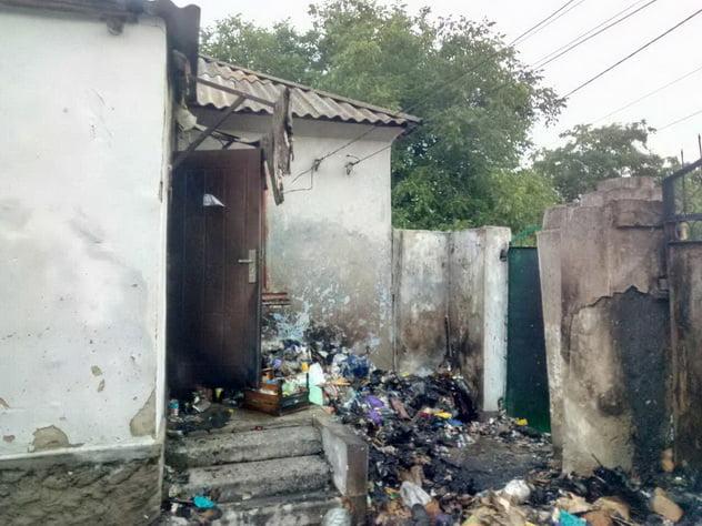 У дворі в Корабельному районі загорілося сміття, вогонь перекинувся на будинок. Врятували нетверезого хазяїна   Корабелов.ИНФО image 3