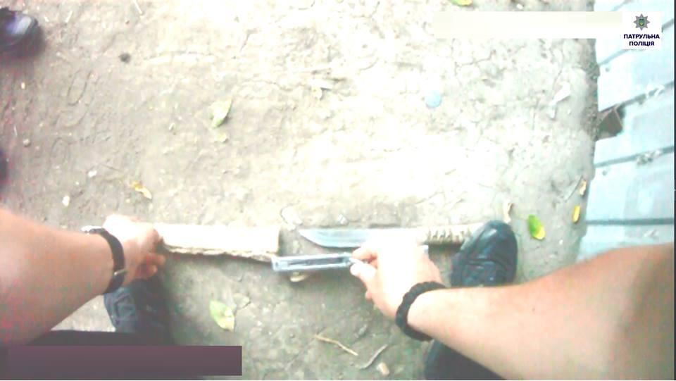 Миколаївець на зупинці кидався з ножем на перехожих. Вони його і затримали | Корабелов.ИНФО image 2