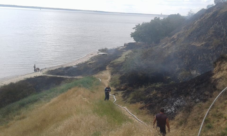 В Лиманах два дні поспіль горить трава на березі. Староста села вважає, що хтось навмисно підпалює | Корабелов.ИНФО image 2