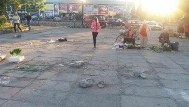 Photo of «Днем нельзя пройти, а вечером постигает ужас: после них остается просто срач», — о незаконной торговле в центре Корабельного