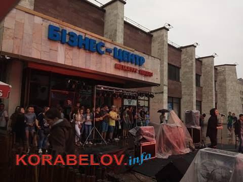 Ливень не смог отменить концерт ко Дню молодежи в Корабельном районе (ВИДЕО)   Корабелов.ИНФО image 2