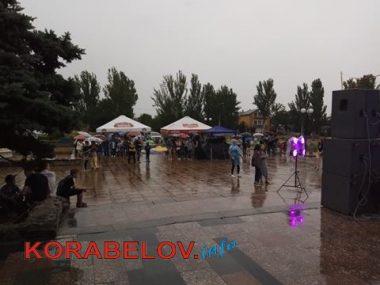 Ливень не смог отменить концерт ко Дню молодежи в Корабельном районе (ВИДЕО)   Корабелов.ИНФО image 5