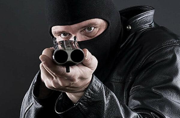 В Николаеве двое неизвестных со стрельбой ограбили секонд-хенд – полиция ищет преступников (видео)   Корабелов.ИНФО