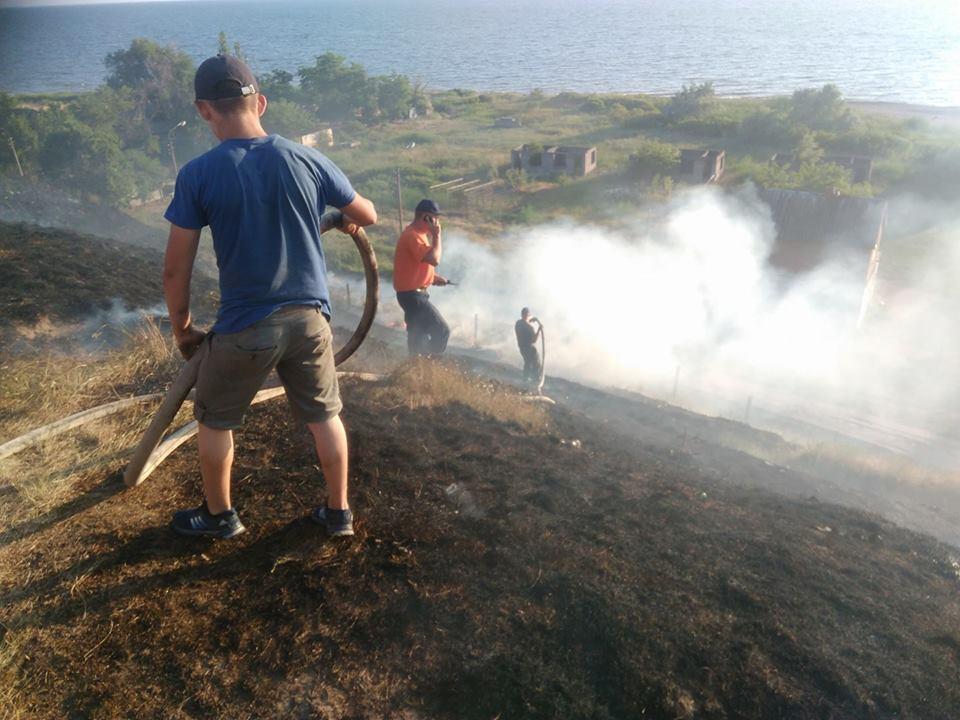 В Лупарево горела сухая трава, до приезда пожарных дачники самостоятельно пытались справиться с огнем | Корабелов.ИНФО image 3