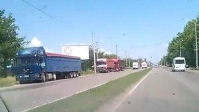 Photo of «Стоят и стоят», — фуры заполонили Широкобальский перегон (ВИДЕО)