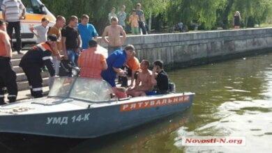 Photo of В Николаеве парень, нырявший в воду с моста, сорвался на понтон и проломил голову