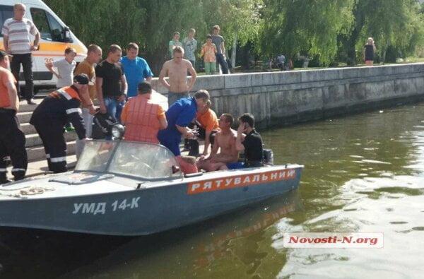 В Николаеве парень, нырявший в воду с моста, сорвался на понтон и проломил голову | Корабелов.ИНФО image 1