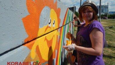Photo of «Чтобы смотрел, и хотелось улыбаться!» Школьники разукрасили забор в Корабельном районе яркими рисунками