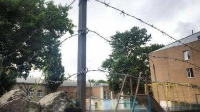 Photo of «Я думал, колючка будет выглядеть более эстетично», — директор Николаевской гимназии, обнесенной колючей проволокой