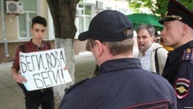 """Photo of """"Беги, Вова, беги!"""" Школьника, устроившего пикет, завуч спрашивала: """"Как ты мог? Путин – священный грааль»"""