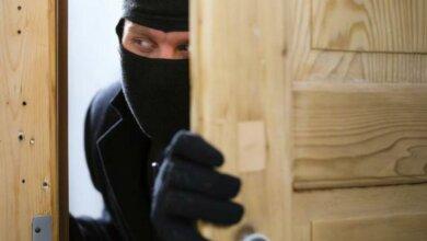 Photo of Задержали грабителя, который вынес из дома больше $10 тыс. Он подозревается еще и в двух кражах в Корабельном районе