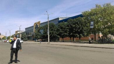 Photo of Советник губернатора приехал с проверкой к Николаевскому ж/д вокзалу — через 5 минут там не осталось ни одной «маршрутки»