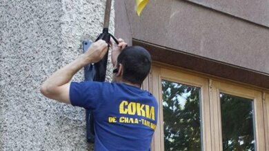 В Николаеве «свободовцы» объявили траур по потерям на фронте, повязав черные ленточки на флагштоках и двери мэра | Корабелов.ИНФО image 1
