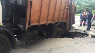 В Корабельном районе ещё один мусоровоз провалился под асфальт (ВИДЕО)   Корабелов.ИНФО image 7