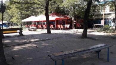 Photo of С попустительства местной власти в сквере Корабельного района растет количество «пивнушек», а не зелени