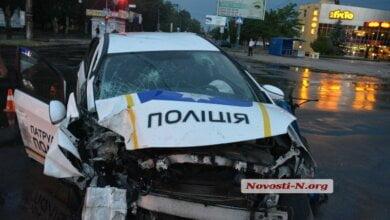 В Николаеве патрульный автомобиль врезался в столб: двое полицейских в больнице | Корабелов.ИНФО