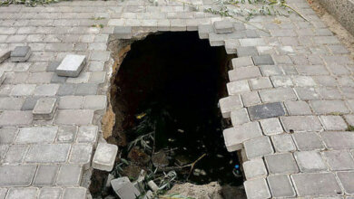На Набережной Николаева провалился тротуар, образовав котлован посреди пешеходной зоны | Корабелов.ИНФО