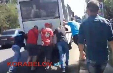 """Пассажирам пришлось толкать """"маршрутку"""", ехавшую в Корабельный район Николаева"""