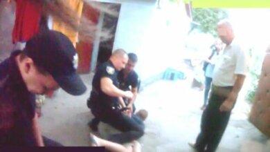 Мешали отдыхать соседям - отправились в наручниках в райотдел. Как в Николаевские патрульные поступают с дебоширами   Корабелов.ИНФО image 1
