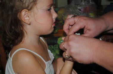 1-річний хлопчик застряг у табуреті, рука дівчинки - у вмивальнику. Малечу виручали миколаївські рятувальники (ВІДЕО) | Корабелов.ИНФО image 1
