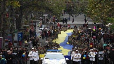 Військовий парад, 300-метровий прапор, відкриття меморіалу загиблим учасникам АТО: День захисника України у Миколаєві   Корабелов.ИНФО image 30