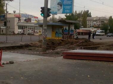 Дуже велику скелю зрушили з місця у Миколаєві