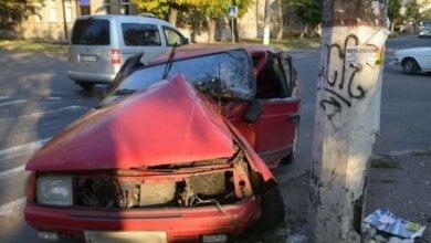 В центре Николаева водитель на полном ходу врезался в столб | Корабелов.ИНФО image 1