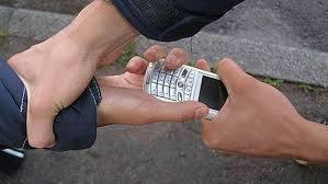 Грабіж у Корабельному районі: чоловік вдаривши підлітка, відібрав у нього смартфон | Корабелов.ИНФО