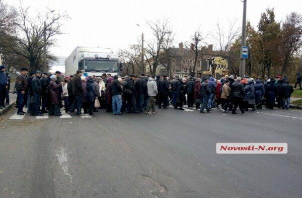 В Николаеве работники судостроительного завода перекрыли Варваровский мост   Корабелов.ИНФО image 1