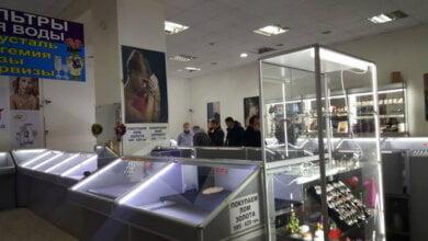 Вооруженное ограбление ювелирного магазина в Николаеве: неизвестные в форме полиции устроили стрельбу на рынке   Корабелов.ИНФО image 3