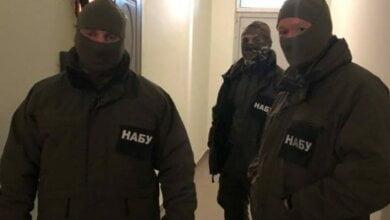 Спецназ НАБУ выломал двери для проведения обыска в квартире у первого замглавы Госмиграционной службы | Корабелов.ИНФО