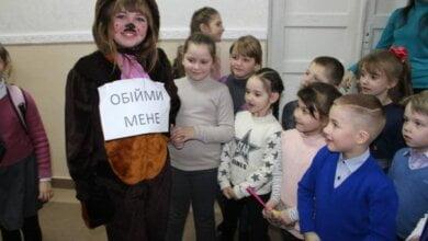 Учнів школи у Корабельному районі перед уроками зустрічали обіймами казкові герої   Корабелов.ИНФО image 3