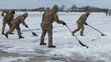 Льотчики розчистили від снігу аеродром у Кульбакіно   Корабелов.ИНФО image 1
