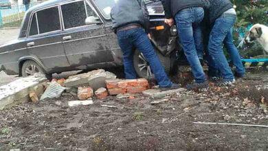 Пьяный водитель в Витовском районе едва не выехал на площадь с людьми – остановила клумба (Видео) | Корабелов.ИНФО