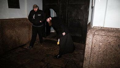 Священники Московского патриархата напали на журналиста за съемку попов, выбрасывающих игрушки (Видео)   Корабелов.ИНФО