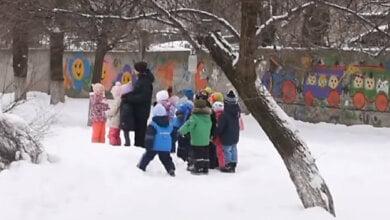 Photo of В детсаду Запорожья фотограф за конфеты делал снимки обнаженных детей (видео)