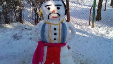 Photo of У Корабельному районі з'явилися снігові козак і баба в шляпі, а у сусідньому — гігантський сніговик