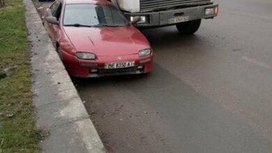 """В Корабельном районе грузовик прижал """"легковушку"""" к бордюру: водителю пришлось выбираться через окно   Корабелов.ИНФО"""