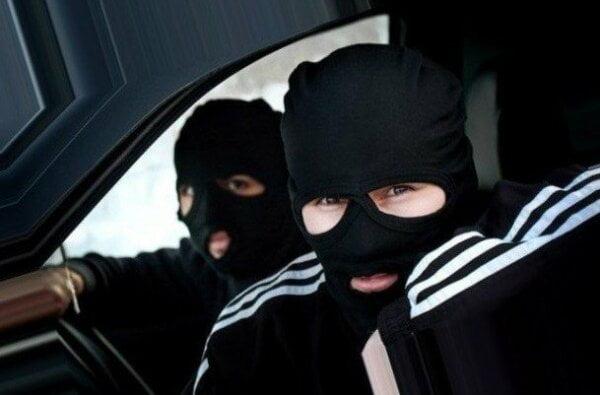 Разбой на Николаевщине: молодчики в балаклавах украли 200 тыс. грн, ружье, золото и угнали авто | Корабелов.ИНФО