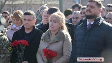 Февраль 2018 года: николаевские депутаты и чиновники на коленях почтили память Героев Небесной Сотни (ВИДЕО) | Корабелов.ИНФО image 2