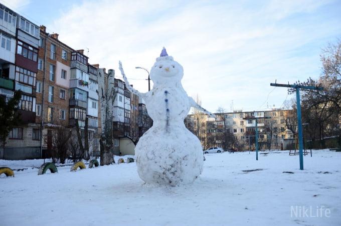 У Корабельному районі з'явилися снігові козак і баба в шляпі, а у сусідньому - гігантський сніговик