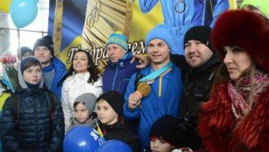 С хлебом-солью и масштабным ликованием николаевцы встретили олимпийца Абраменко в родном городе | Корабелов.ИНФО image 1