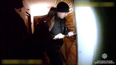 Ломика дали сусіди: патрульні виламали двері для доступу медиків до потерпілої, закритої в квартирі у Корабельному районі   Корабелов.ИНФО image 4