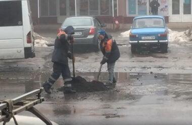 «Ямочный ремонт» по-николаевски: асфальт бросают прямо в лужи (ВИДЕО)