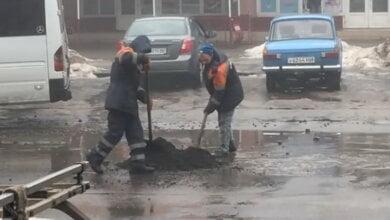 «Ямочный ремонт» по-николаевски: асфальт бросают прямо в лужи (ВИДЕО) | Корабелов.ИНФО image 2