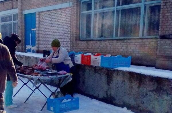 """""""Медработники попросили"""": во дворе больницы в Корабельном районе торговали колбасой с парапета   Корабелов.ИНФО"""
