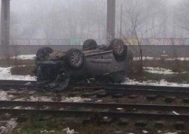 Водитель «Lexus» в Николаеве убегал от полиции и слетел на ж/д пути – внедорожник перевернулся на крышу