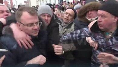 Толпа протестующих в Росии набросилась на главу района после отравления детей (ВИДЕО) | Корабелов.ИНФО