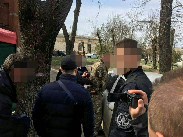 На хабарі в 400 доларів затримали командира взводу військової частини на Миколаївщині